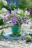 Kleiner Strauß aus Wicken, Flockenblume, Oregano, Glockenblumen und Prachtkerze auf Holztablett