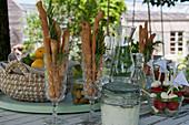 Kleines Buffet: Sektkelche mit Brotstangen und Rosmarin, Mozzarella-Tomaten-Spieße, Oliven, Quark-Kräuter-Dip