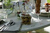 Gedeckter Tisch: Detail Glas mit Oliven