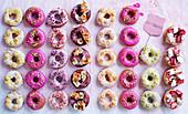 Viele verschiedene bunt glasierte Donuts