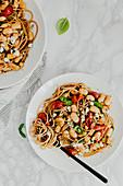Spaghetti mit weißen Bohnen, Tomaten und Ziegenkäse