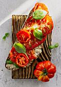 Brotscheibe mit Tomaten und Basilikum