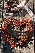 Herz aus Hagebutten und Zweigen