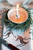 Kleine Guglhupfform als Kerzenhalter in Kranz aus Arizonazypresse