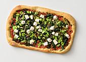 Pizza mit Saubohnen, Blattzichorie und Primosale-Käse