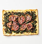 Pizza mit Spinat, Kräutern, gewürfeltem Lardo und Speckscheiben