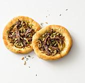 Pizzette mit Anchovis und Zwiebeln