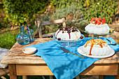 Drei verschiedene Pavlovas auf Gartentisch