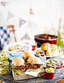 Burger mit Pickles und Salat für eine Grillparty