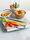 Paprika-Walnuss-Hummus mit Gemüsesticks
