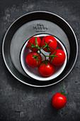 Rote Tomaten auf Metalltablett