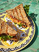 Vollkorntoast-Sandwiches mit Baked Beans