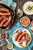 Grillwürste mit griechischem Salat und Tzatziki