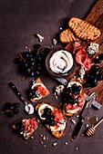Toast mit Frischkäse, Räucherlachs, Paprika und Maissalsa