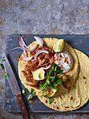 Mexikanische Tacos mit Pulled Pork und Avocado