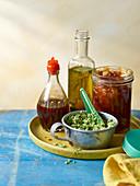 Marinade, Saucen und Chutney auf Tablett