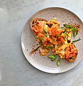 Toast mit Kimchi und Rührei