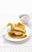Klassische Pfannkuchen mit Zitrone