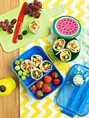 Lunchbox mit Wraps und Obst