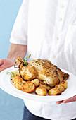 Mann serviert langsam gebratenes Hähnchen mit Gravy