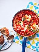 Baked Eggs in Bohnen-Tomaten-Sauce