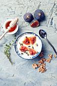 Griechischer Joghurt mit Feigen und Honig