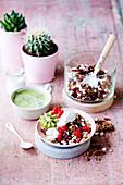 Buchweizen-Knuspermüsli mit Früchten und Kokosjoghurt
