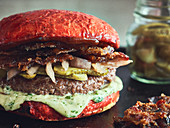 Roter Hamburger mit Candy Bacon