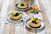 Vegan sponge tartlets with vanilla cream and fresh fruit