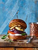 Veggie-Burger mit Aubergine, Halloumi, Tomate und Ricotta