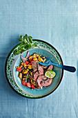 Scharfe Steakstreifen mit Bohnen-Maissalat (Brasilien)