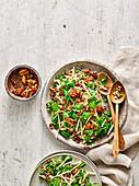 Gesunder Dinkel-Apfel-Salat mit knusprigen Nüssen und Samen