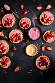 Shortbread tartlets with yoghurt, strawberry jelly and fresh strawberries