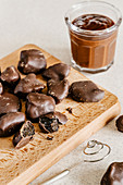 Handgemachte Trockenpflaumen mit dunkler Schokoladenglasur