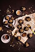 Schokoladenpralinen mit Erdnussbutter in Milchschokolade