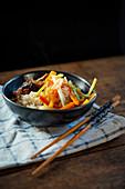Stir Fry mit Ente und Gemüse auf Reis (China)
