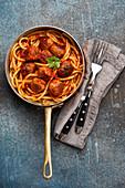 Spaghetti mit Fleischbällchen und Tomatensauce