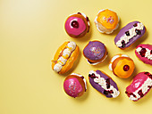 Bunt glasierte Brötchen mit Sahne und Marmelade