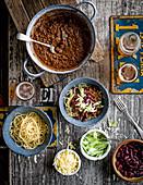 Cincinnati Chili mit Spaghetti dazu Bohnen, Käse und Zwiebeln als Topping