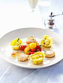 Gebratene Jakobsmuscheln mit Tortellini und Tomatensalat