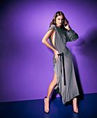 Junge Frau in grauem Abendkleid