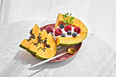 Papaya mit Joghurt und frischen Beeren