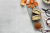Sandwiches, Muffin und Obst zum Lunch