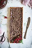 Kastenförmige Schokoladentarte mit Keksboden und Schokomousse