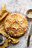 Zitronenkuchen mit Mandelblättchen auf Abkühlgitter