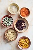 Getreide, Hülsenfrüchte und Nudeln in Schälchen