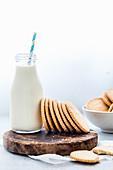 Hausgemachte Shortbread-Kekse dazu eine Flasche Milch