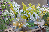 Sträuße aus weißen Flammenblumen und gelbem Labkraut