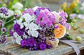 Duftender Strauß aus Flammenblumen, Rosen und Dost