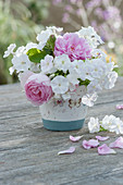 Kleiner Duftstrauß aus Flammenblumen und Rosen